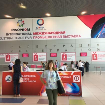 Переводчик Ольга на выставке Иннопром, официальный переводчик Харбинской делегации